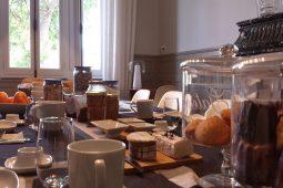 Table du petit déjeuner de la maison d'hôtes design l'autre rives à Albi