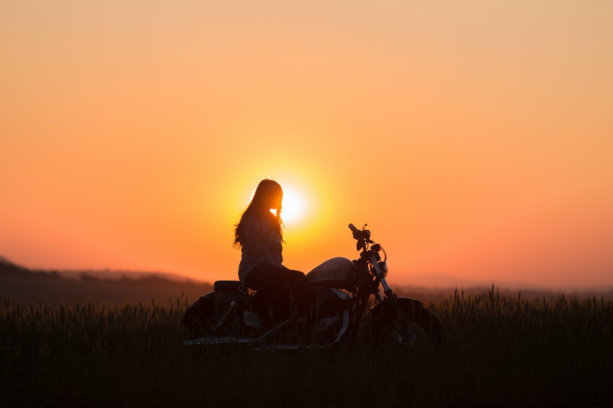 Coucher du soleil sur la campagne lors d'une balade à moto